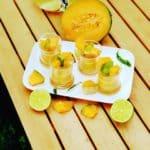 Verrines au citron sur une table en bois