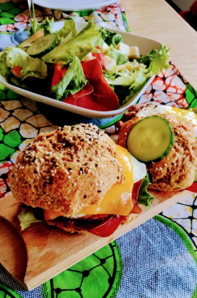 Burger maison diététique accompagné d'une salade
