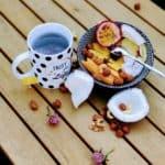 Petit déjeuner avec thé et fruits frais pour bien commencer la journée et être en forme