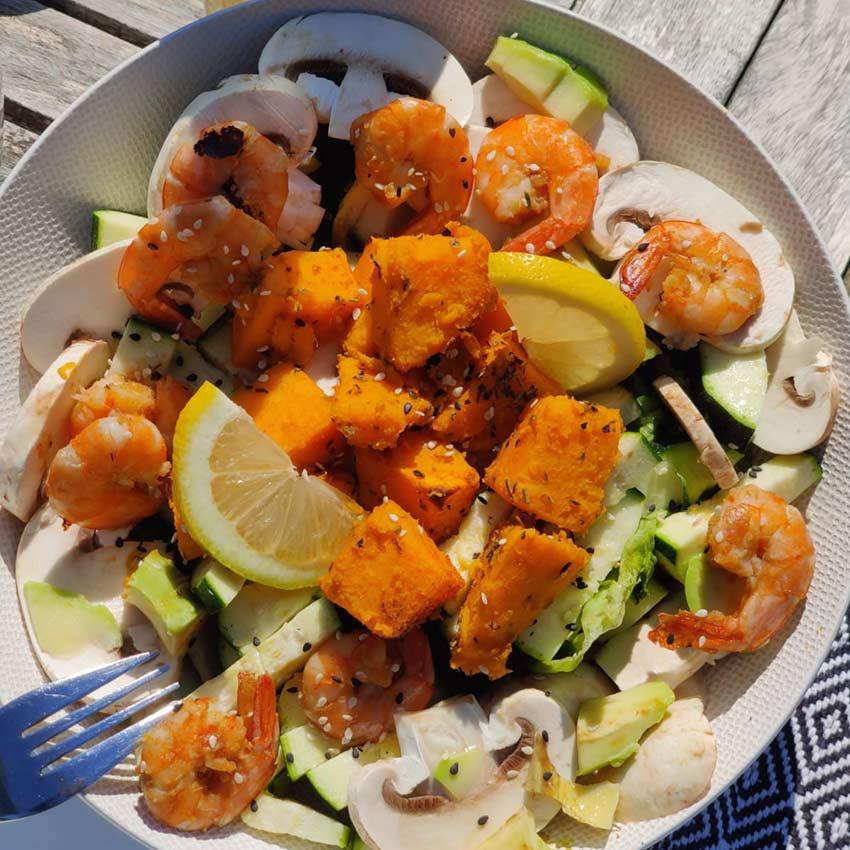 Salade de patates douces et champignons et crevettes fraiches
