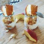 Verrine à la compotée de pomme posées sur une table en bois