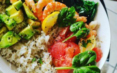 Salade de riz avec avocat et saumon