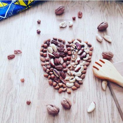 Coeur avec grain de café sur une table en bois