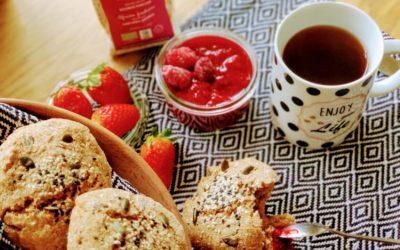 Petits pains aux céréales avec une tasse de café et des fruits frais
